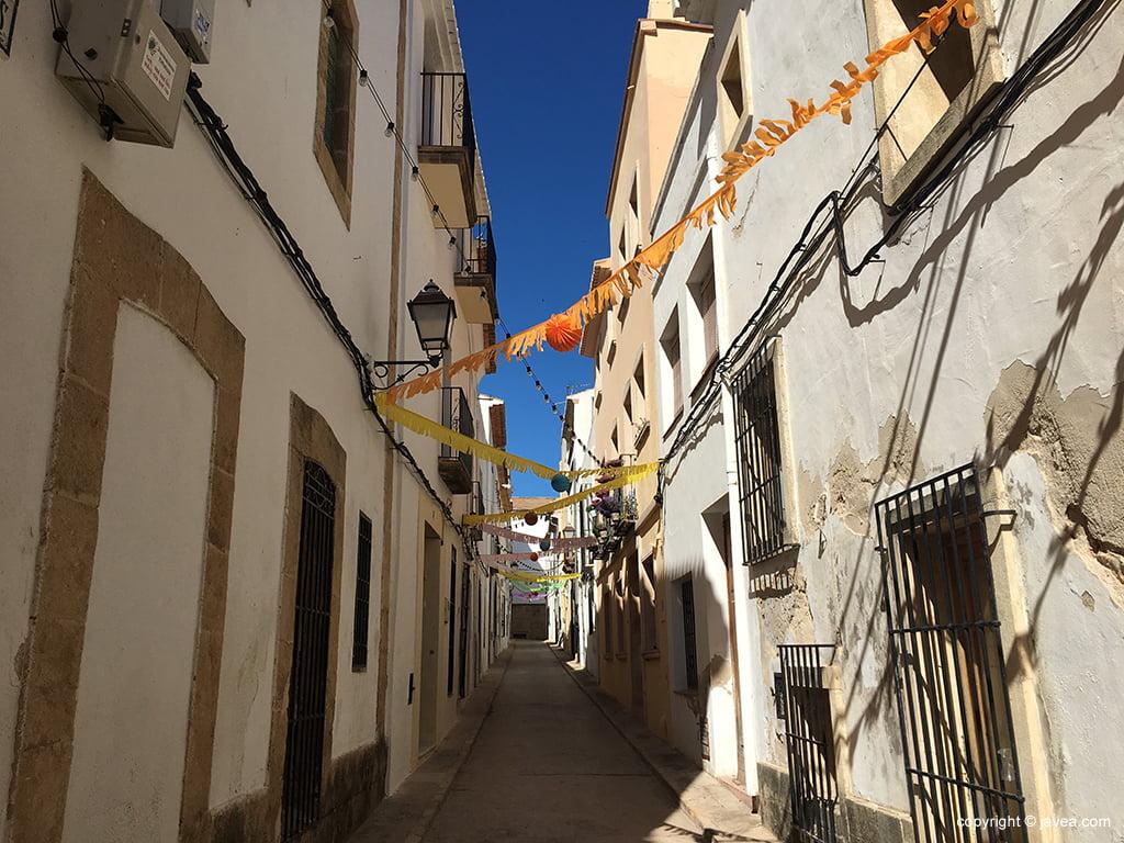 Calle engalanada en Xàbia