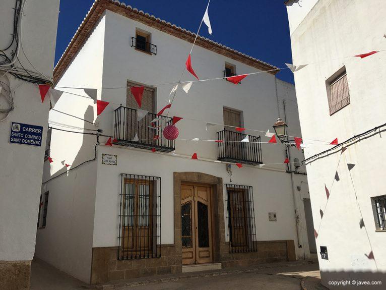 Calle Santo Domingo engalanada