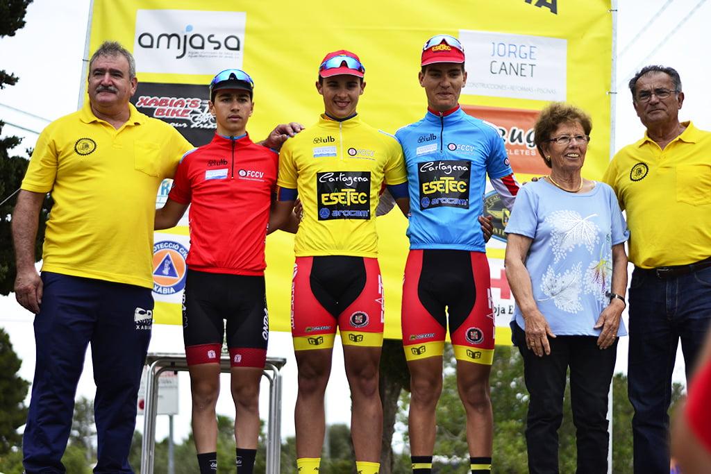 Directivos del Club Ciclista Jávea con los tres vencedores
