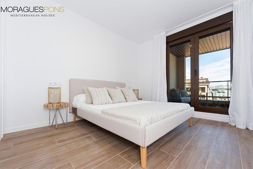 Dormitorio con ventanal MORAGUESPONS Mediterranean Houses
