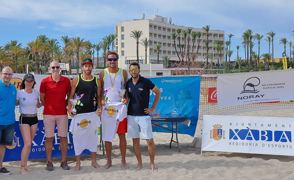 La pareja Gerard Rodríguez y Regis Courtois con su trofeo