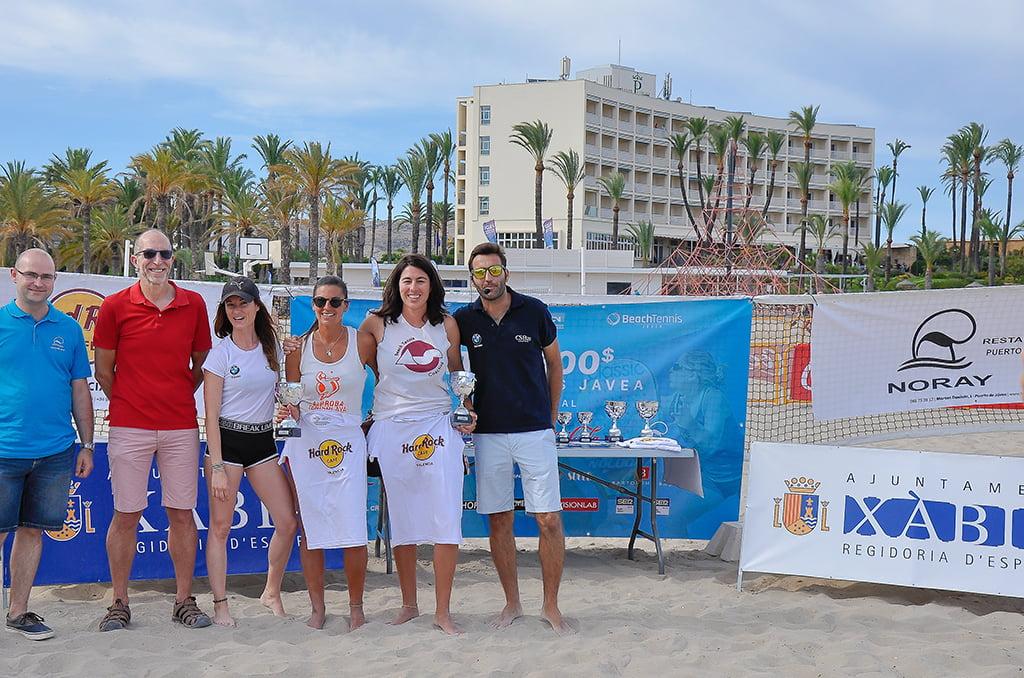 La pareja Grimanesa Santana y Ana Salas con su trofeo