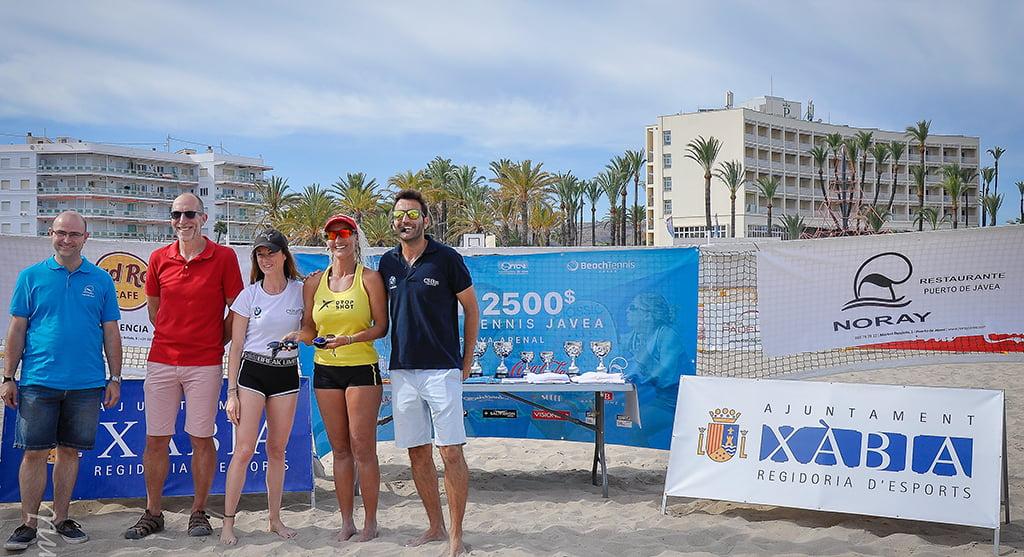 La pareja Noa Farias- Ramón Guedez con su trofeo
