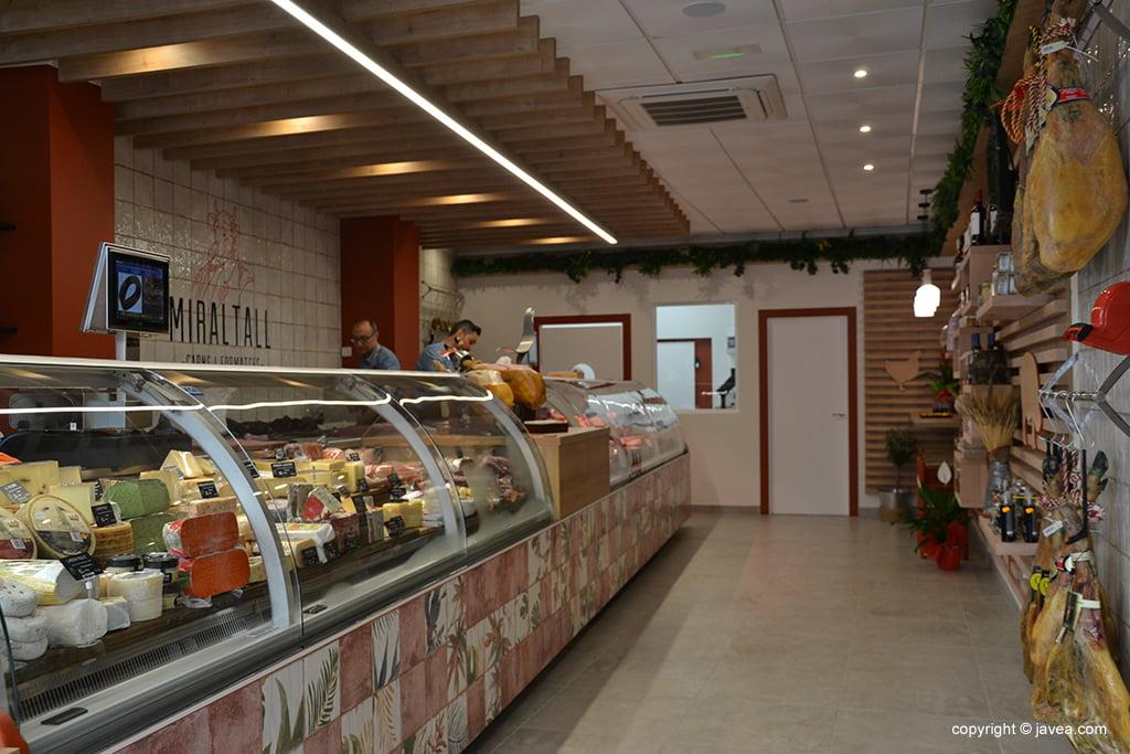 Miraltall Carns i Formatges açougue interior
