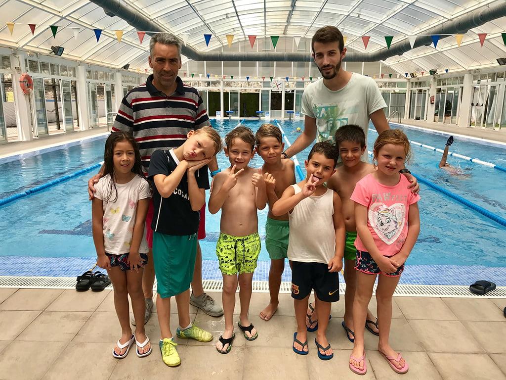 Alumnos de la Escuela de verano en la piscina de Benitatxell