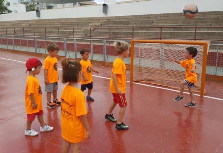 Alumnos realizando una actividad deportiva