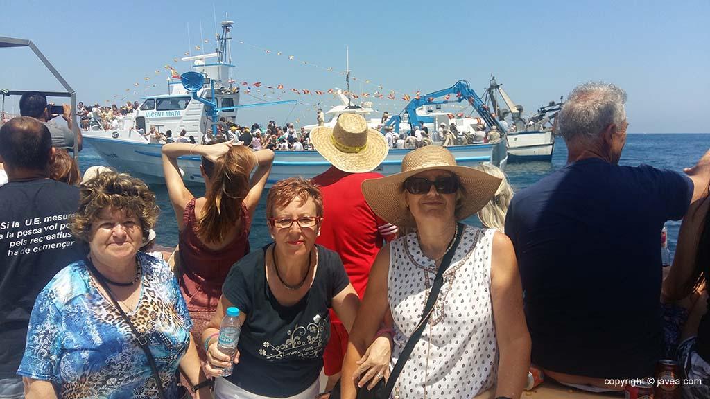 Centenas de personas acompañan a la Virgen en la procesión marinera