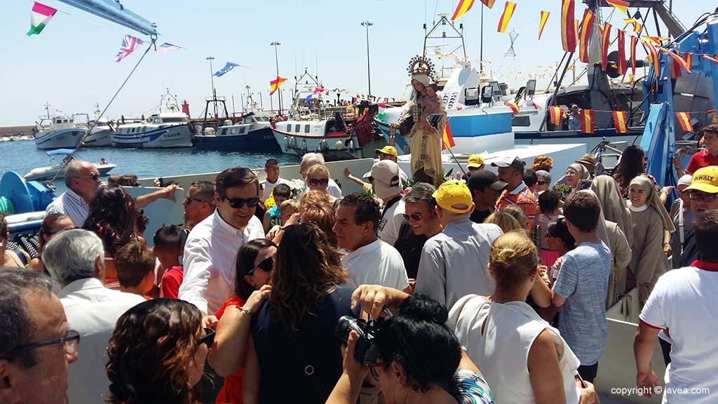 Centenas de xabieros acompañan a la virgen en la procesión marinera