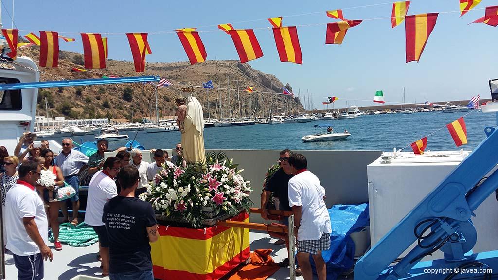 Embarcan a la Virgen en Vicente Mata