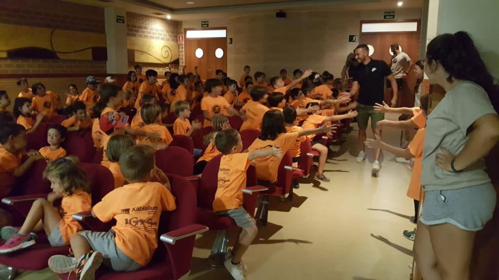 Xavi Torres saludando a los alumnos de la Escuela Multideportiva