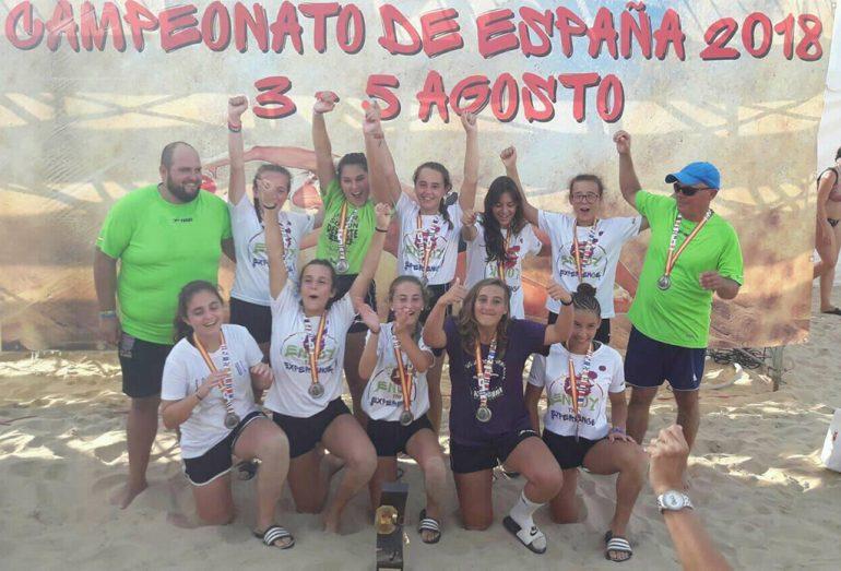 Equipo infantil femenino con su trofeo