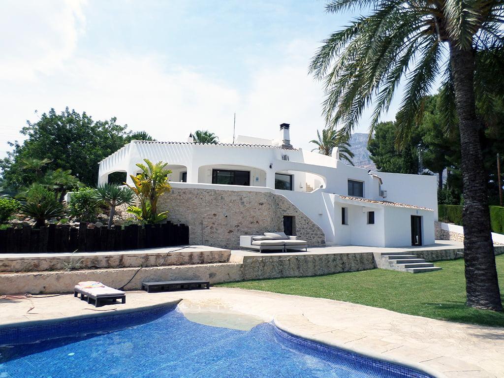 Fachada blanca de la casa Promociones Denia