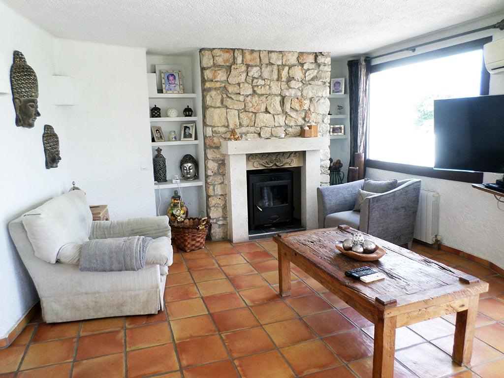 Sala de estar con chimenea Promociones Denia