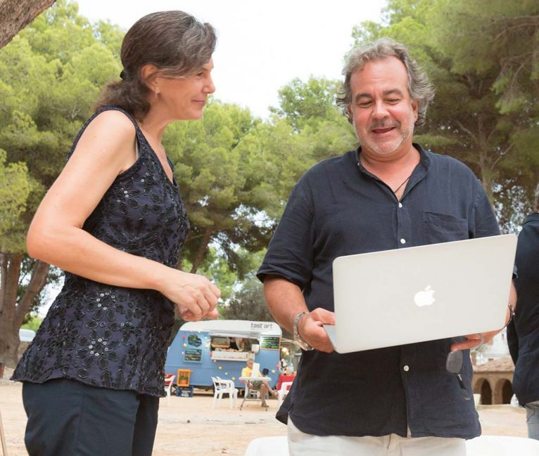 Juan Antonio Romero repasando la conferencia junto a Marta Lorenzi, miembro del RRFF