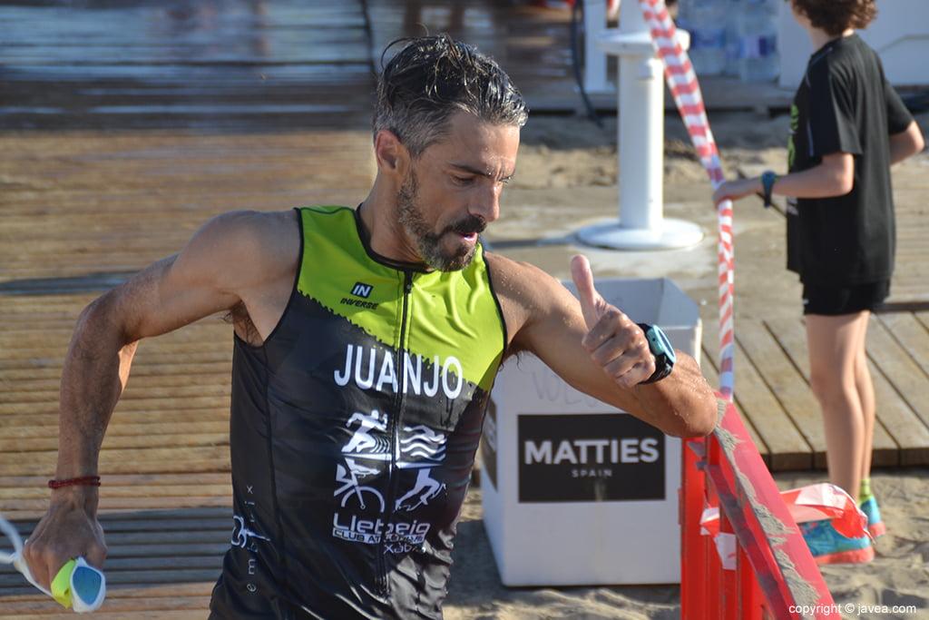 Juanjo Vallés saliendo del mar