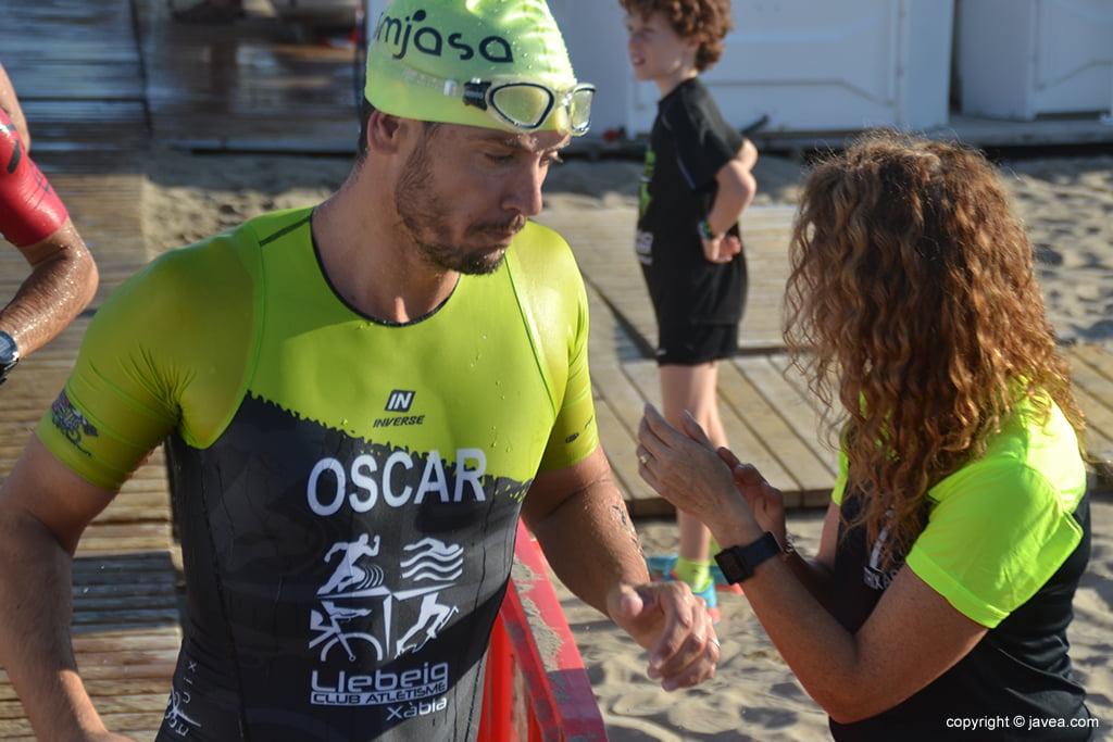 Óscar Antón saliendo del mar