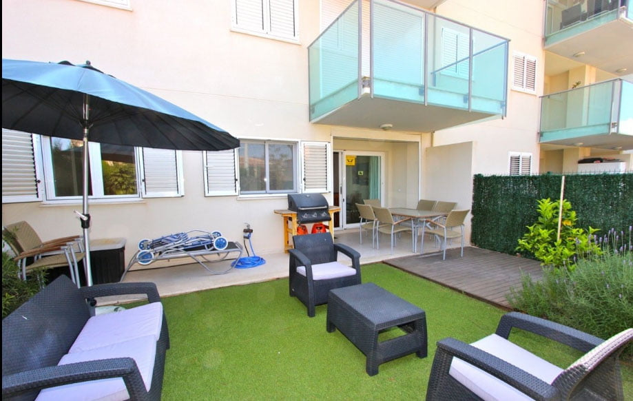 Amplia terraza al aire libre del apartamento de villadom for Terraza decoracion apartamento al aire libre