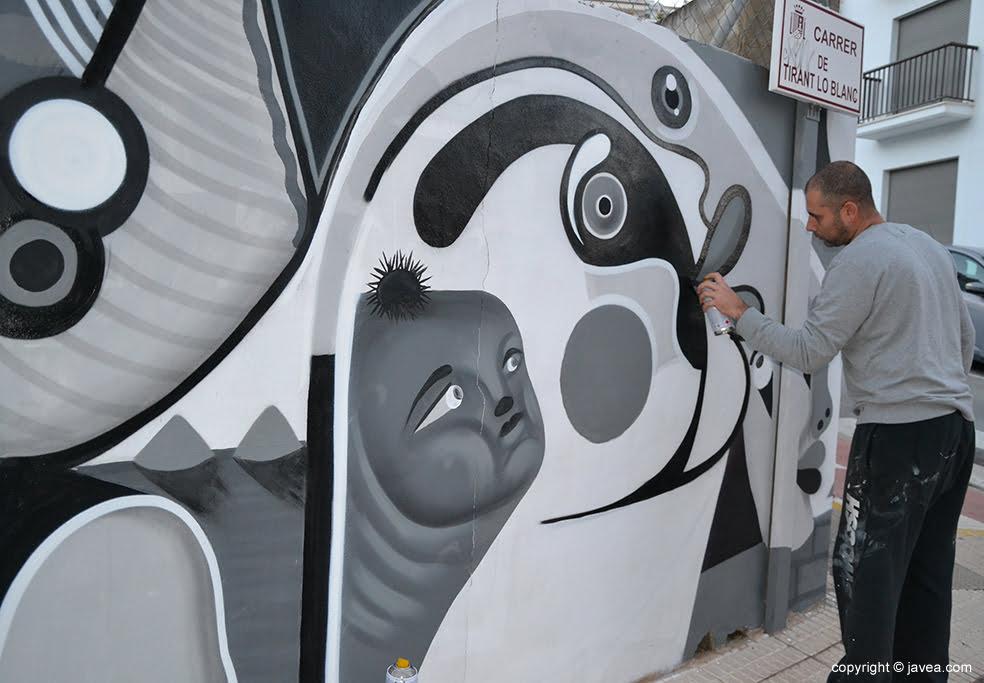 Gabriel elaborando el mural