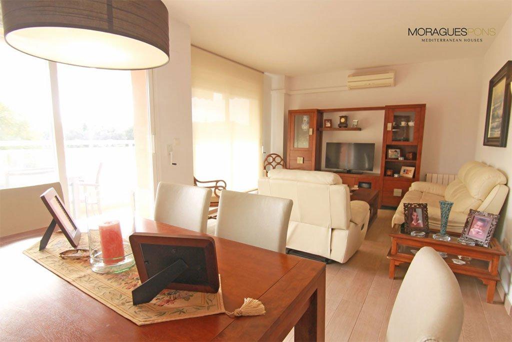 Просторная гостиная MORAGUESPONS средиземноморских домов