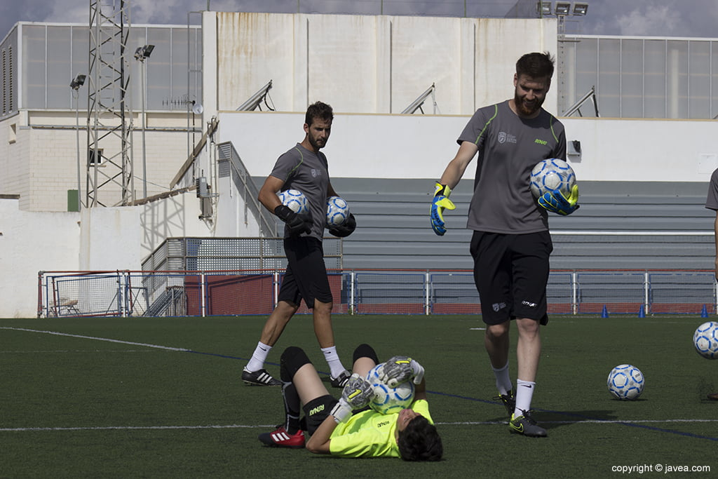 Chaval trabajando junto a Adrián Ortolá