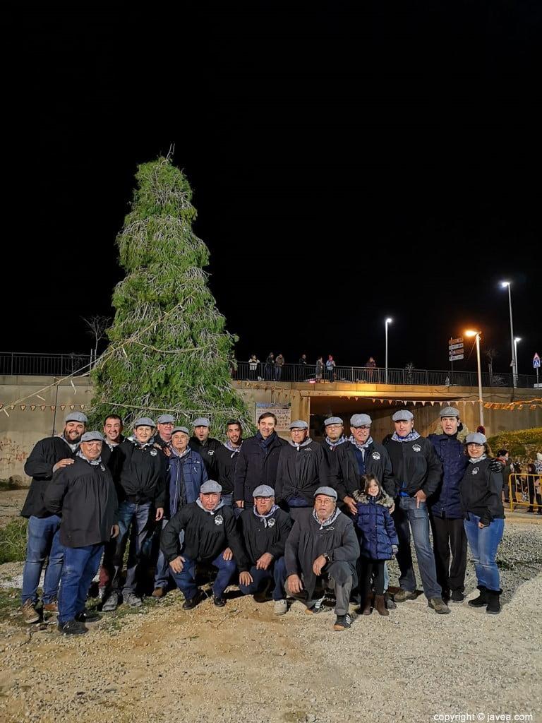 Miembros de El Tiraset con el pino