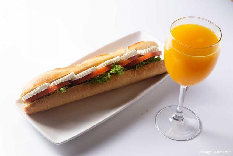 Bocadillo y zumo almuerzo en Austriaco Cafe Wien