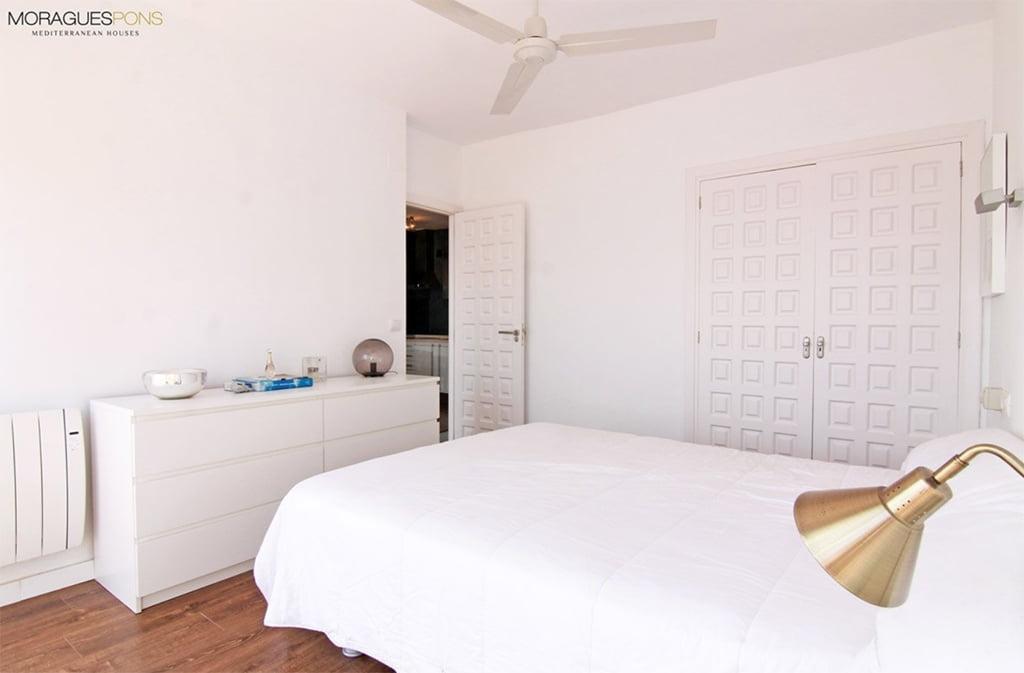 Dormitori amb armari encastat MORAGUESPONS Mediterranean Houses