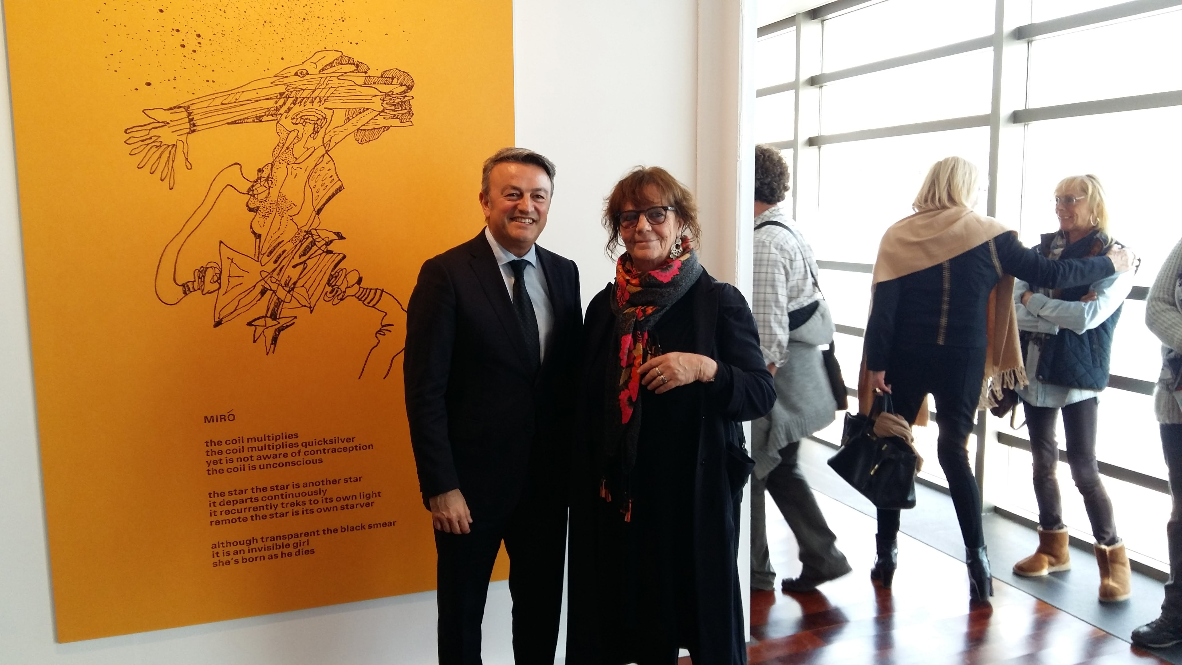 Inauguración Lucebert. Alcalde con la Noa, hija del artista
