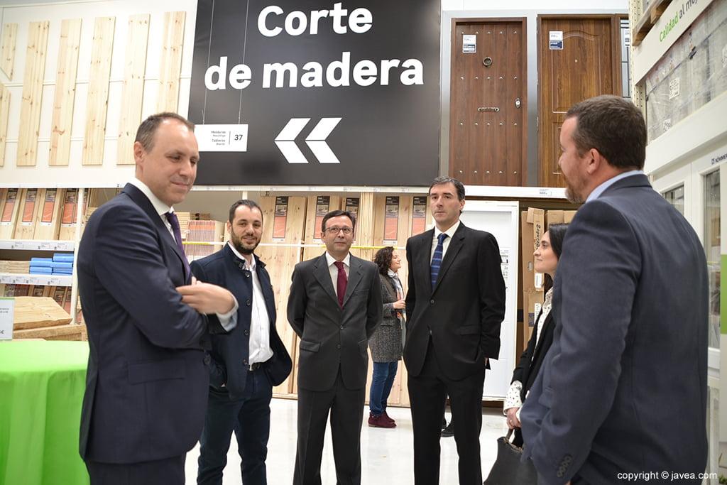 Los directivos visitan las distintas secciones de la tienda Leroy Merlín Compact