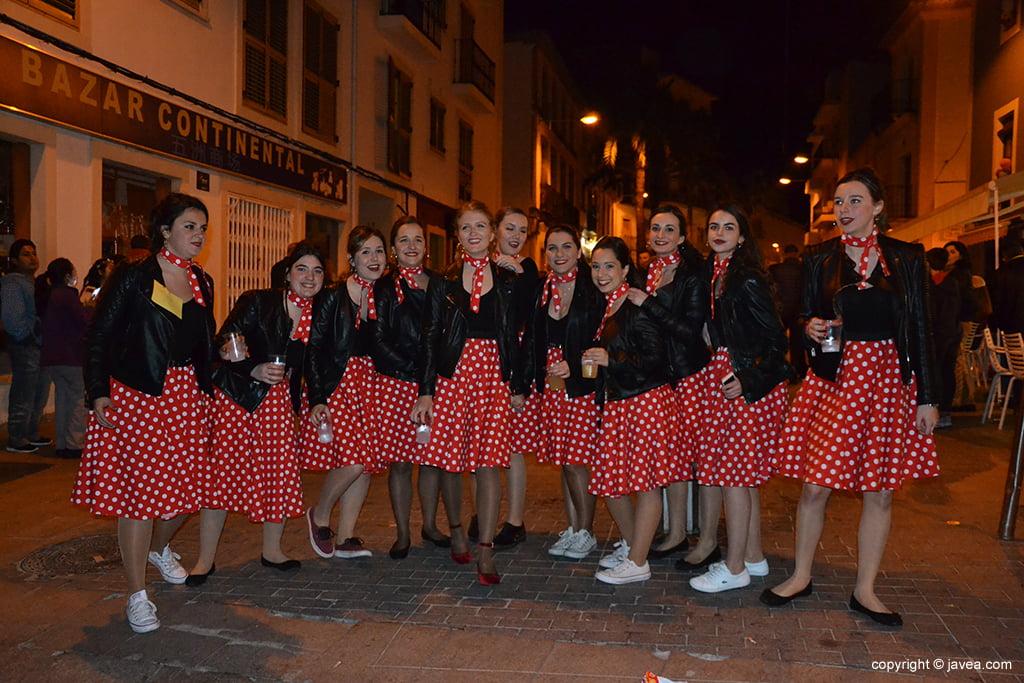 Grup d'amigues disfressades a la rua de carnaval de Xàbia