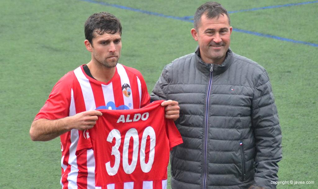 Aldo recogiendo la camiseta de 300 partidos jugados con el Jávea
