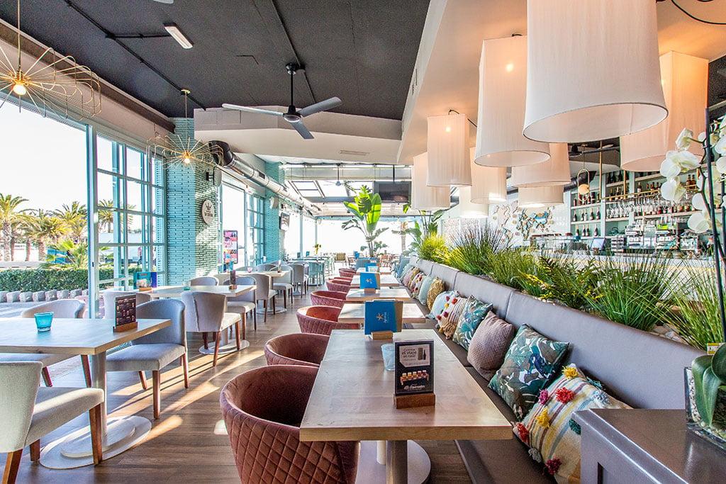 Salón amplio con muchas zonas – Restaurante Ammos