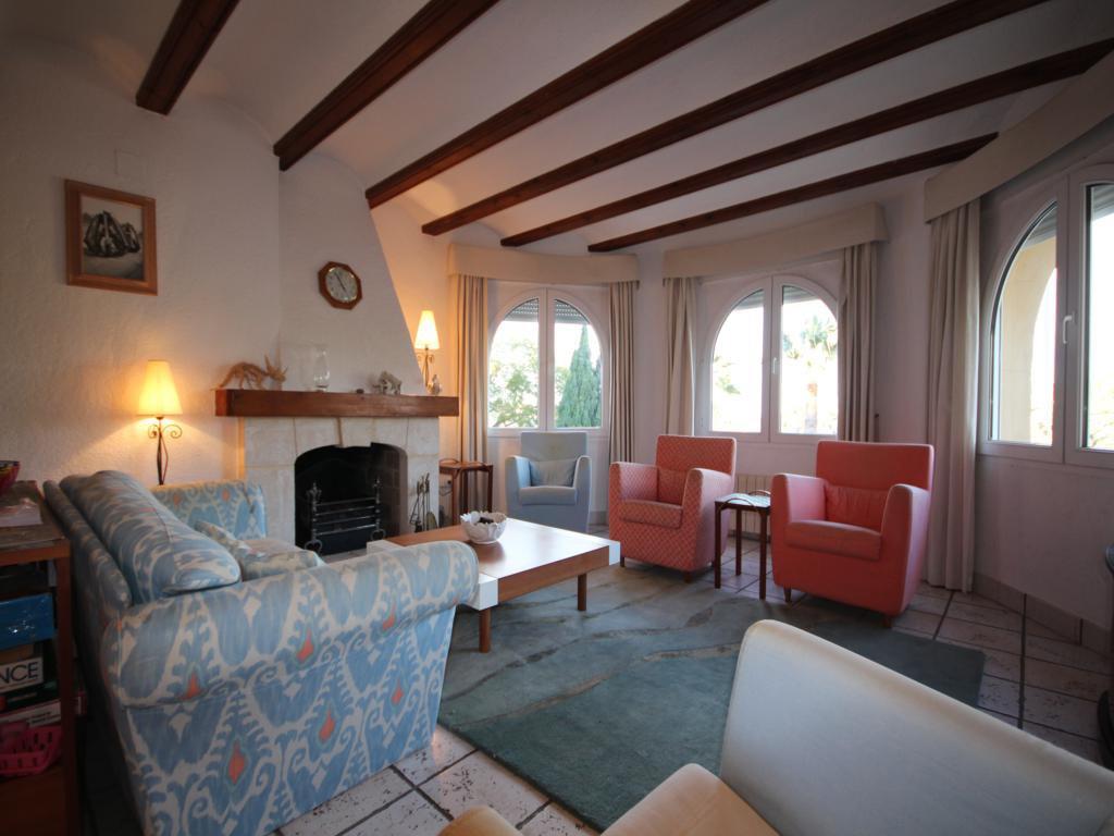 Sala de estar con chimenea Atina Inmobiliaria