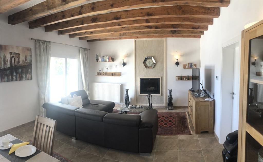 Sala de estar con chimenea Terramar Costa Blanca