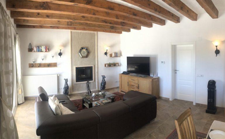 Sala de estar con vigas de madera Terramar Costa Blanca