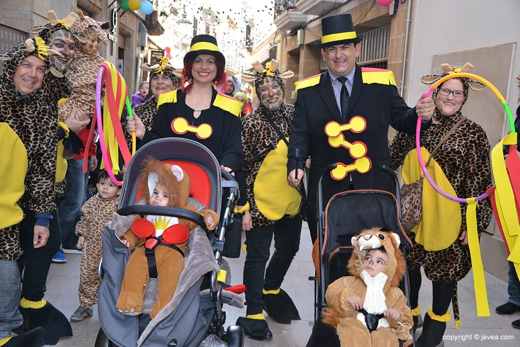 Una família de Xàbia vestida sota la temàtica de Circ