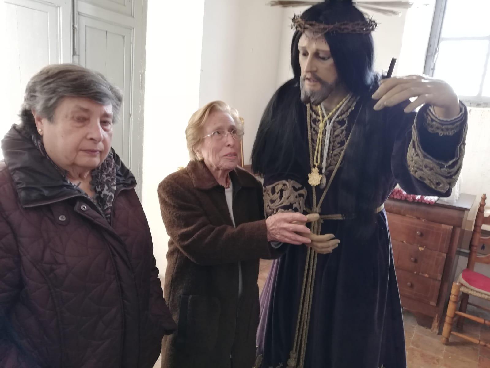 Angelita y Vicenta junto a la imagen del Nazareno