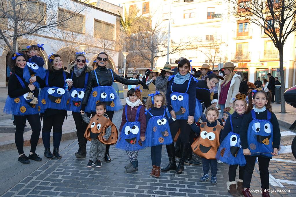 Grup d'amigues amb els seus fills en la cercavila infantil de Carnaval