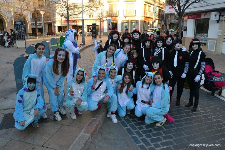 Grups d'amics a la cercavila infantil de Carnaval