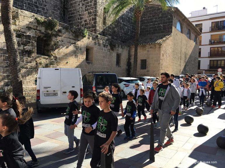 Desfile de los jóvenes deportistas con la antorcha