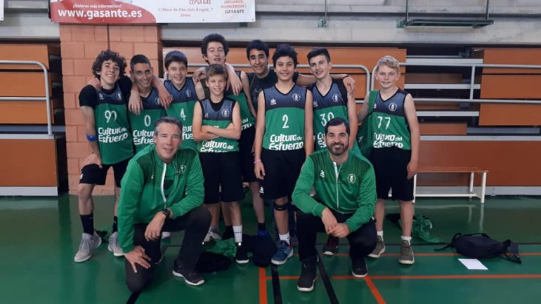 Óscar Mayordomo with his children from the children's team of the CB Joventut Xàbia
