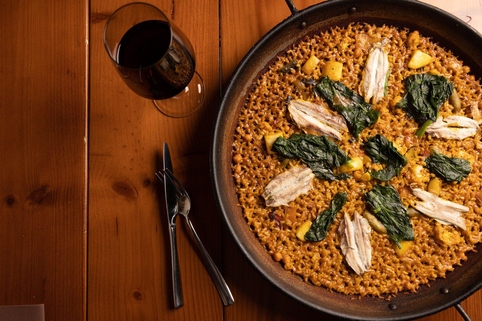 Paella de boquerones y espinacas – Restaurante Posidonia