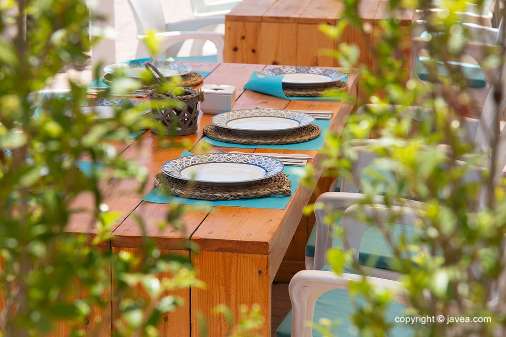 Servicio preparado en el comedor cubierto – Restaurante SeeMontgó