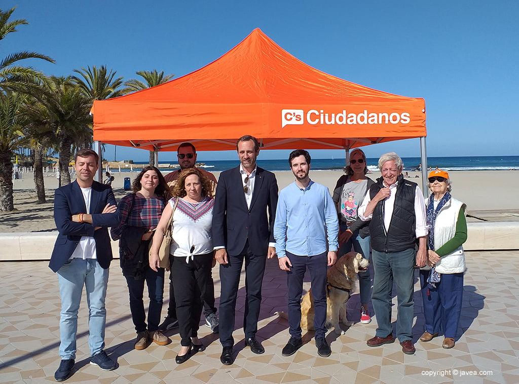 Ciutadans a la platja de l'Arenal amb el candidat Europeu José Ramón Bauzá