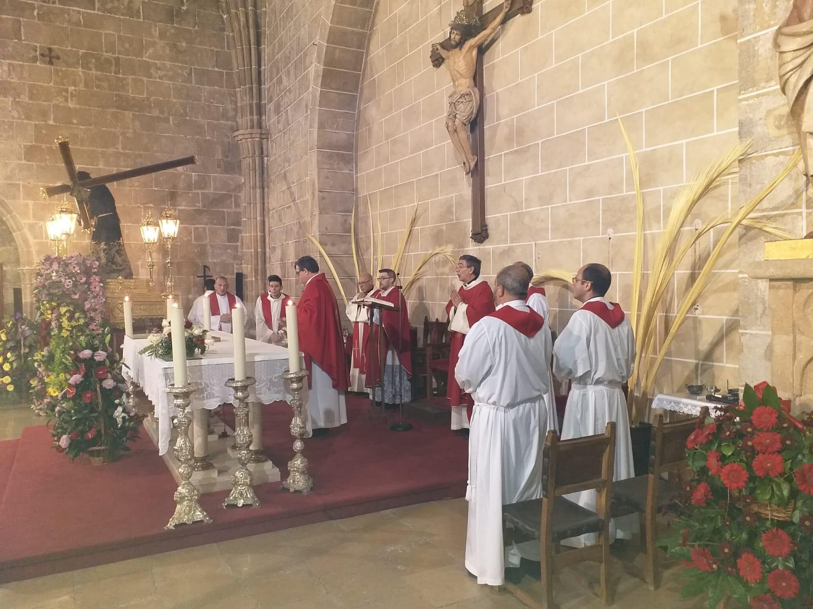 Párrocos oficiando la misa