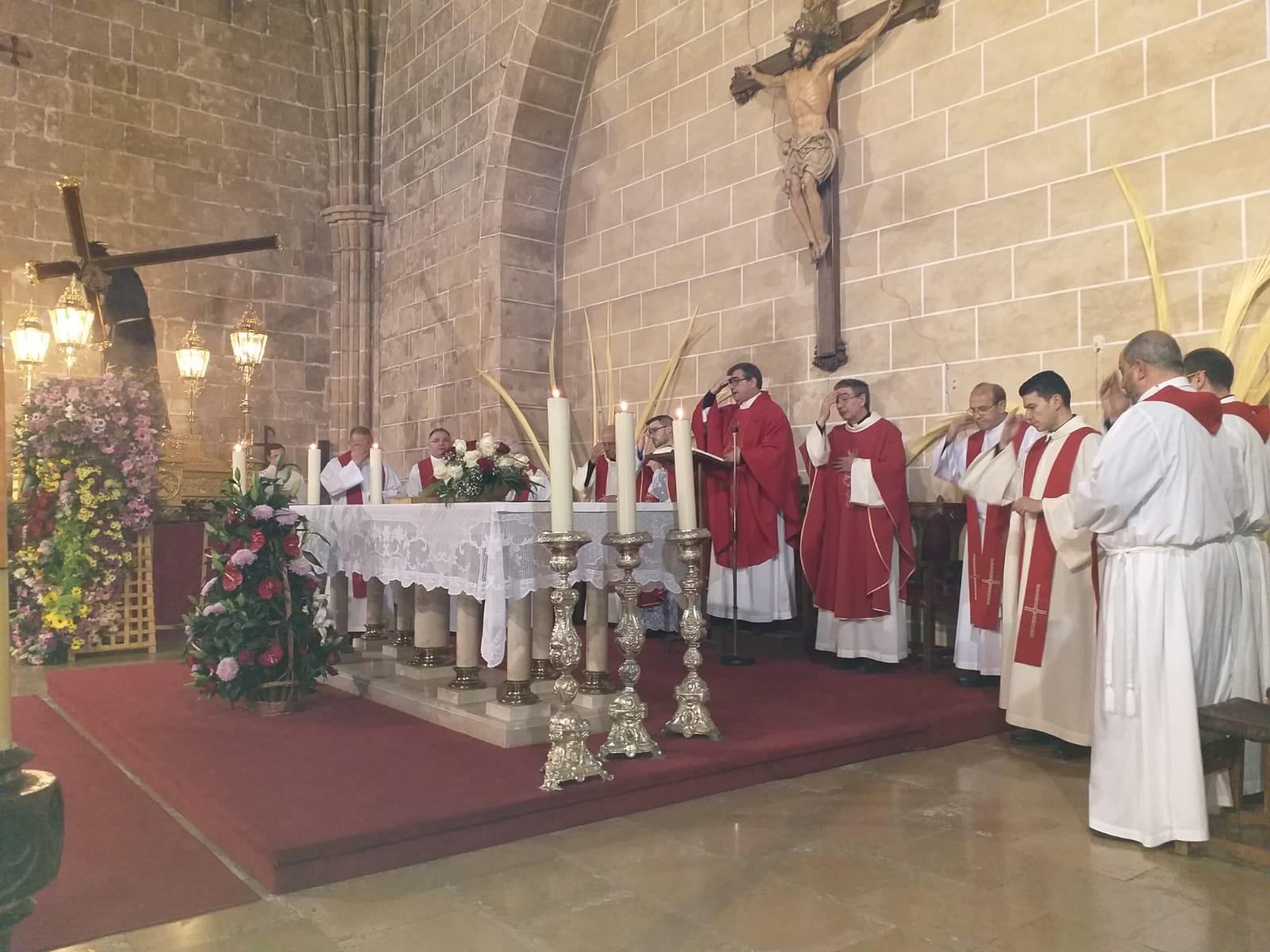 Sacerdotes en la misa