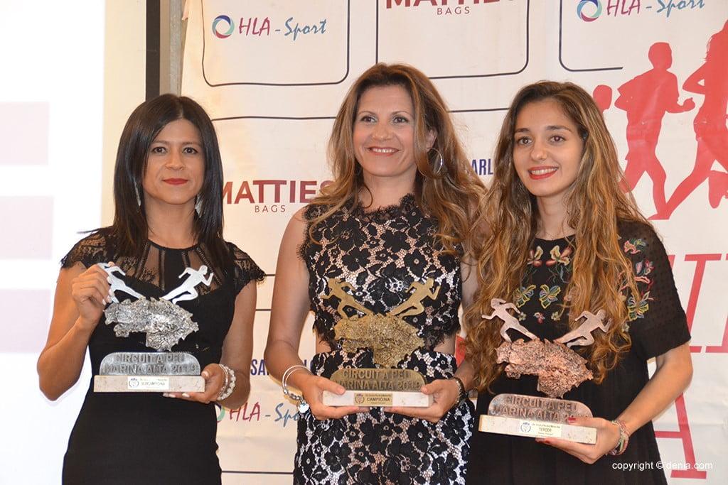 Nathalia Ayala e Rosa María Lara ouvem Cristina Roselló