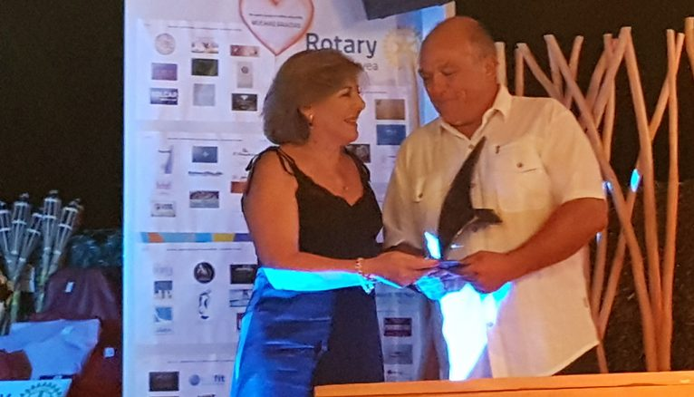 La Comissió de festes de la Mare de Déu de Loreto y María Ferrer reciben el reconocimiento del Club Rotary