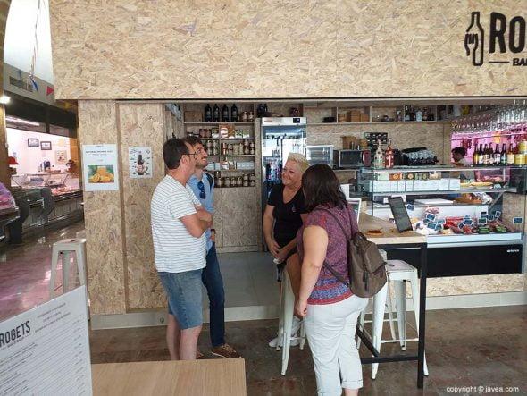 https://www.javea.com/wp-content/uploads/2019/07/los-concejales-conversan-con-los-vendedores-del-mercat-590x443.jpg