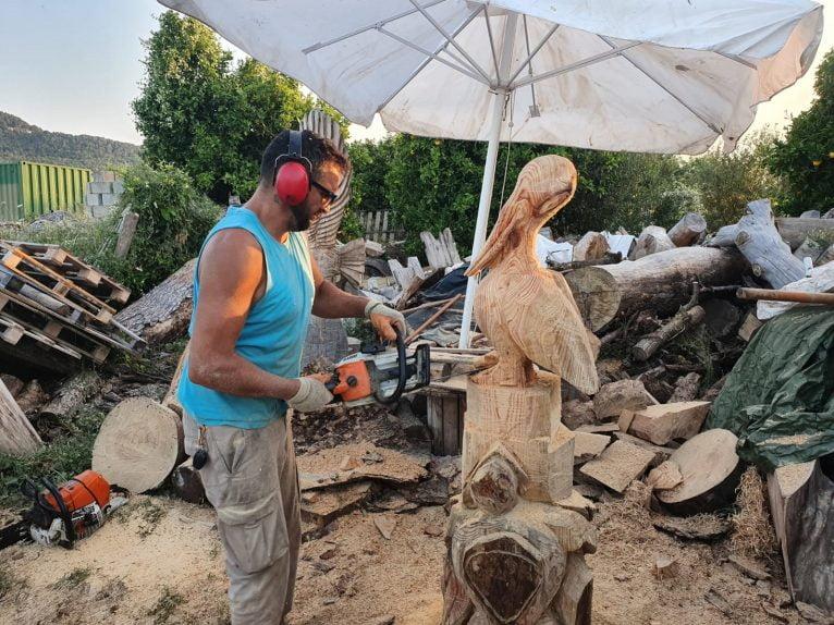 Miguel esculpiendo la obra